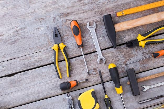 Conjunto de ferramentas de construção em fundo de madeira