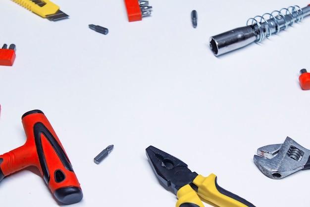 Conjunto de ferramentas de construção para reparo em um fundo branco.