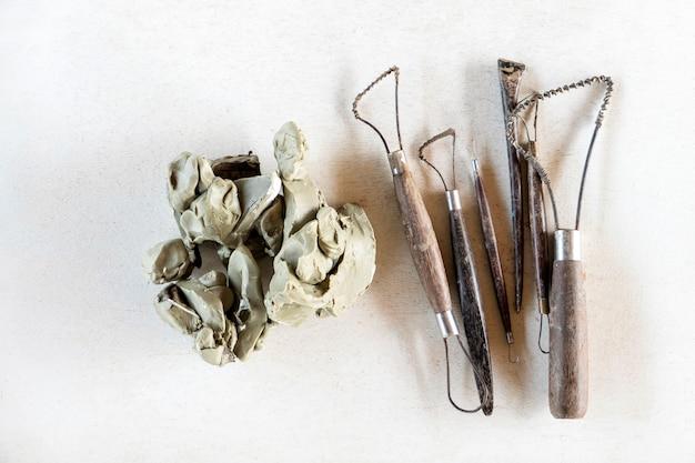 Conjunto de ferramentas de escultura. ferramentas de arte e artesanato em um fundo branco.