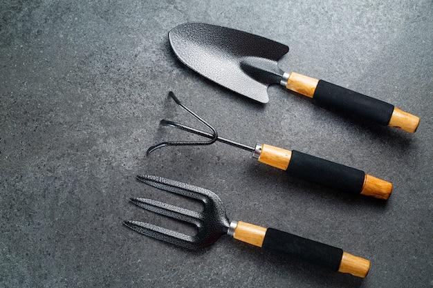 Conjunto de ferramentas de jardim para seu jardim e flores com banner para seu projeto. espaço de vista superior para ferramentas de agricultura hooby para ficar em casa.