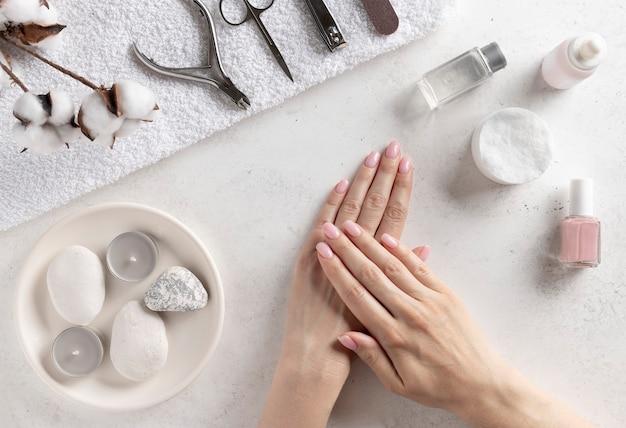 Conjunto de ferramentas de manicure e mãos femininas