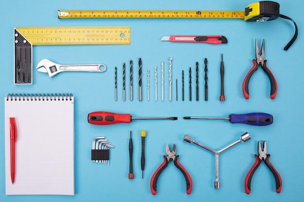 Conjunto de ferramentas de metalurgia com caderno e caneta colorida