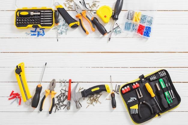 Conjunto de ferramentas de reparo em fundo branco de madeira
