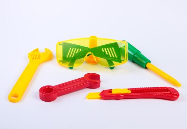 Conjunto de ferramentas de trabalho de brinquedo infantil em um branco