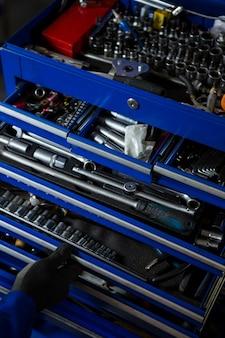 Conjunto de ferramentas de trabalho na caixa de ferramentas