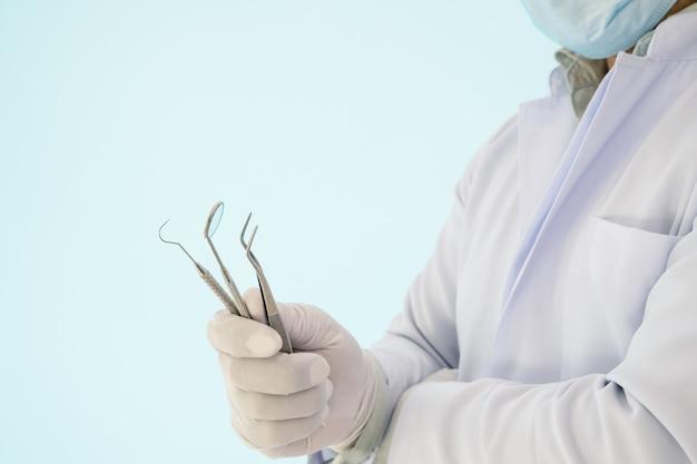 Conjunto de ferramentas dentais de uso profissional para o dentista.
