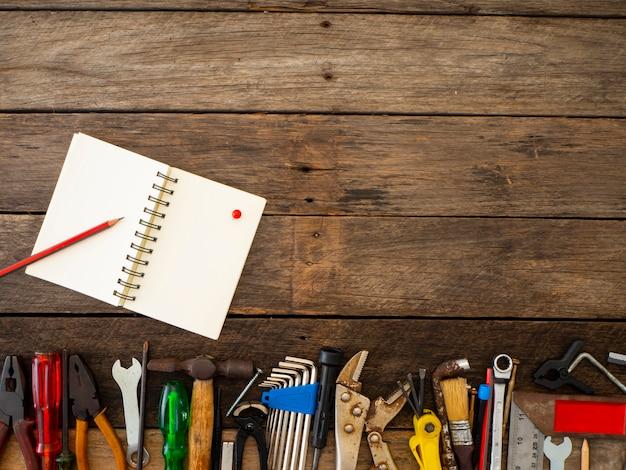 Conjunto de ferramentas e instrumentos em fundo de madeira