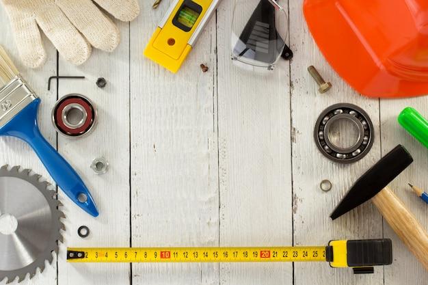 Conjunto de ferramentas e instrumentos na madeira