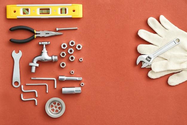 Conjunto de ferramentas e itens de encanamento em vermelho