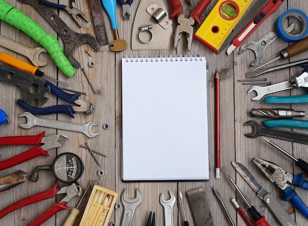 Conjunto de ferramentas em um piso de madeira, vista superior.