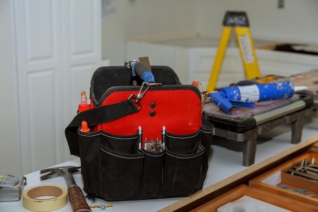Conjunto de ferramentas em um saco em fundo de madeira