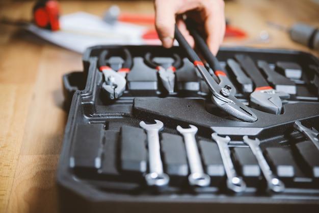 Conjunto de ferramentas na mala aberta