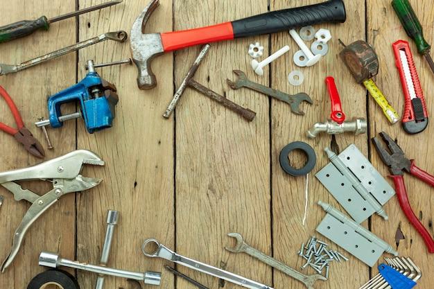 Conjunto de ferramentas no conceito de plano de fundo de madeira dia do pai e plano de fundo do dia de trabalho espaço de cópia para o seu texto