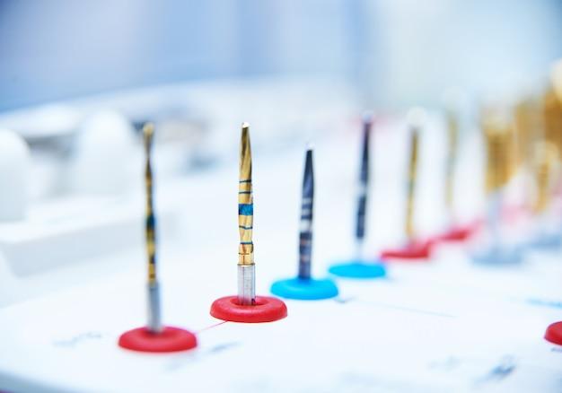Conjunto de ferramentas para dentistas implantados em ninhos