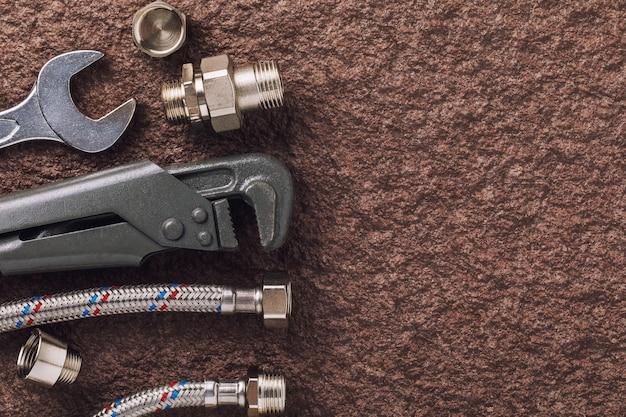 Conjunto de ferramentas para encanamento em uma superfície de pedra