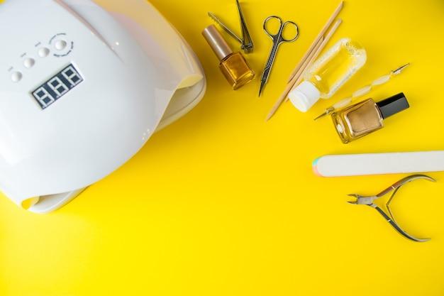 Conjunto de ferramentas para manicure e unhas em um amarelo