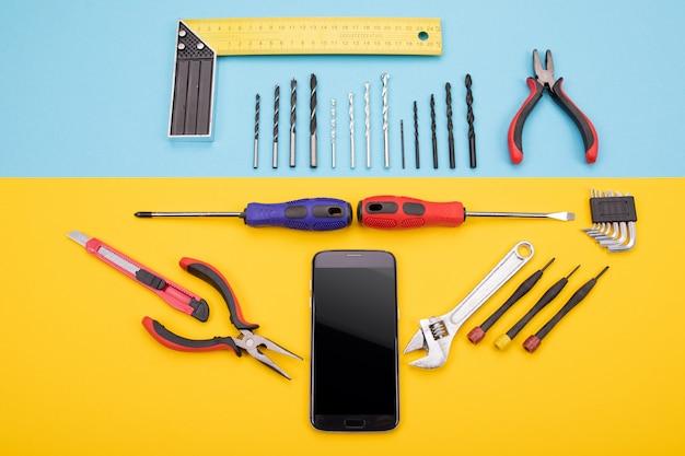 Conjunto de ferramentas para metais com smartphone em colorido