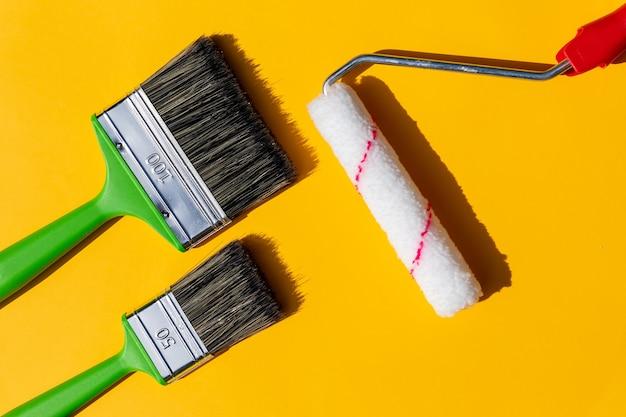 Conjunto de ferramentas para pintura. ferramenta para reparação e pintura isolada em amarelo.