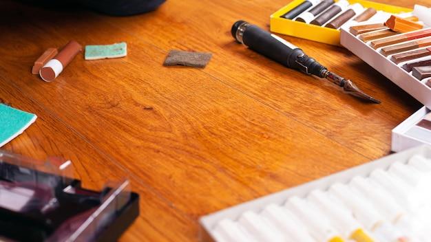 Conjunto de ferramentas para restauro de riscas de laminado e parquete e lápis de cera de aparas.