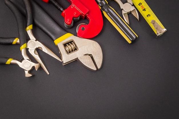 Conjunto de ferramentas preparado pelo mestre profissional antes do reparo