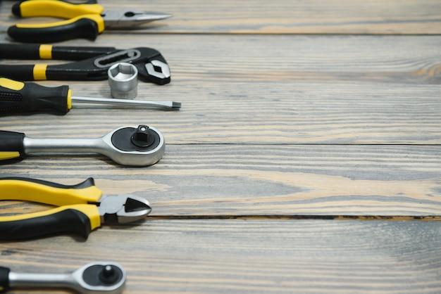 Conjunto de ferramentas sobre painel de madeira com espaço para texto