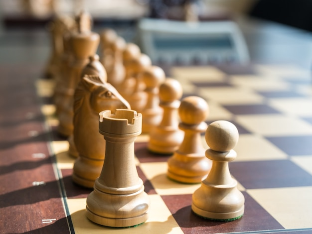 Conjunto de figuras de xadrez no tabuleiro.