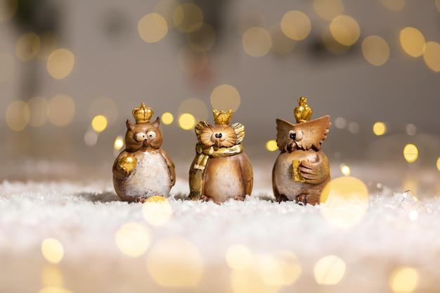 Conjunto de figuras decorativas brinquedo coruja com uma coroa de ouro na cabeça