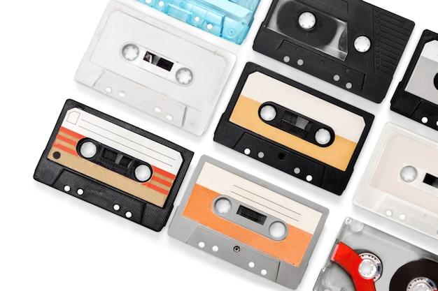 Conjunto de fitas de áudio antigas isoladas em branco