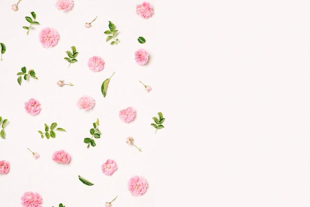 Conjunto de flores cor de rosa e folhas verdes