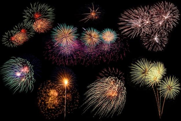 Conjunto de fogos de artifício coloridos sobre fundo preto.