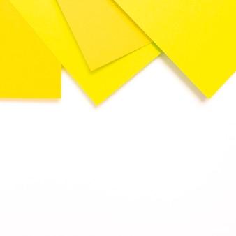 Conjunto de folhas de papelão amarelas com espaço de cópia