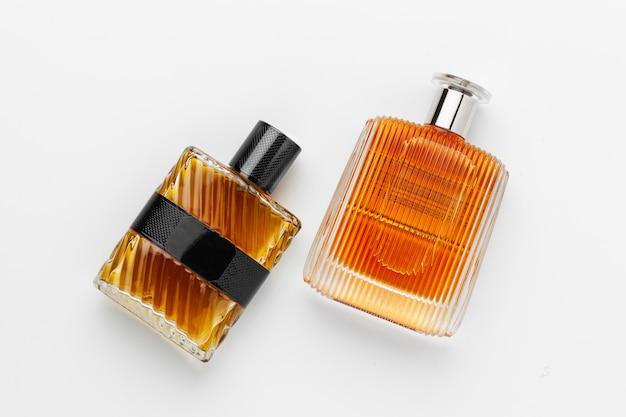 Conjunto de frascos de perfume de luxo. isolado