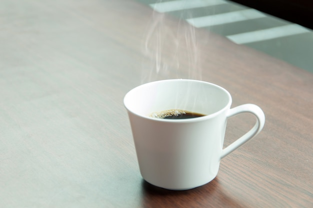 Conjunto de freio de café quente, xícaras de café expresso quente sobre a mesa e luz de fundo