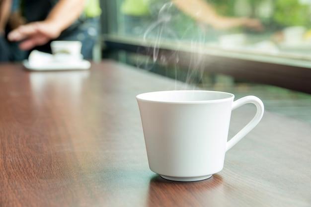 Conjunto de freio de café quente, xícaras de café expresso quente sobre a mesa