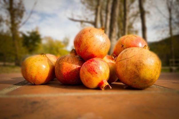 Conjunto de frutas com vitaminas variadas, como romã