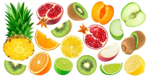 Conjunto de frutas cortadas isolado no branco