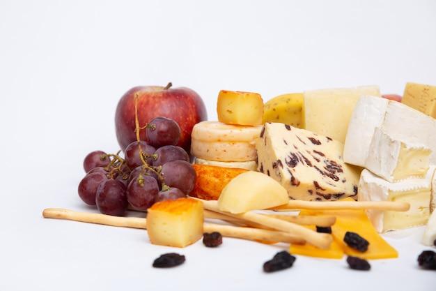 Conjunto de frutas e queijos, maçãs, uvas