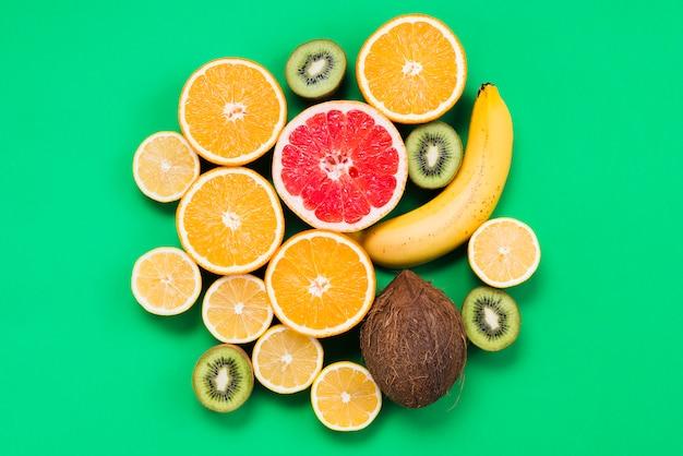 Conjunto de frutas exóticas frescas em fatias