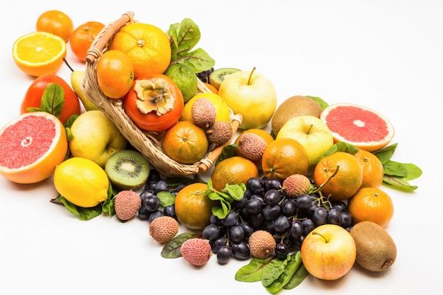 Conjunto de frutas exóticas multicoloridas variadas com folhas de acelga