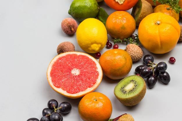 Conjunto de frutas exóticas multicoloridas variadas
