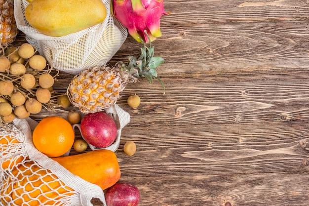 Conjunto de frutas tropicais exóticas em fundo rústico de madeira