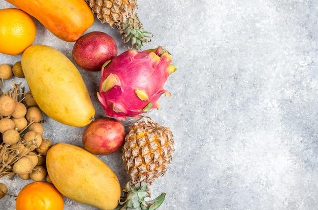 Conjunto de frutas tropicais exóticas sobre fundo cinza claro