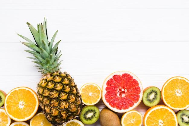 Conjunto de frutas tropicais no fundo branco