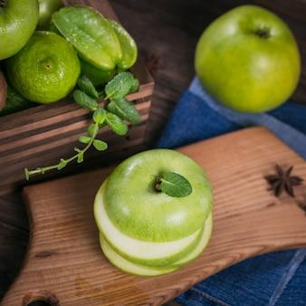 Conjunto de frutas verdes para dieta saudável e desintoxicação: maçã, limão, kiwi, manga, carambola e hortelã