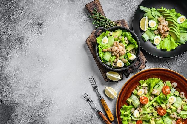 Conjunto de frutos do mar, abacate, camarões, saladas de camarão. vista do topo.