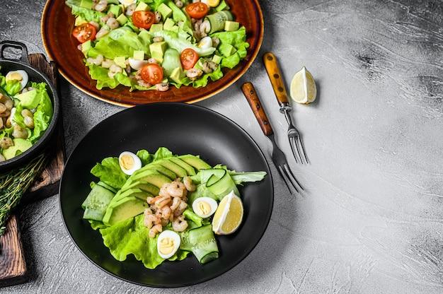 Conjunto de frutos do mar, abacate, camarões, saladas de camarão.