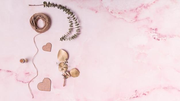 Conjunto de galhos de planta perto de corações e segmentos de ornamento