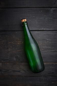 Conjunto de garrafa de espumante, fundo preto mesa de madeira, vista superior plana lay