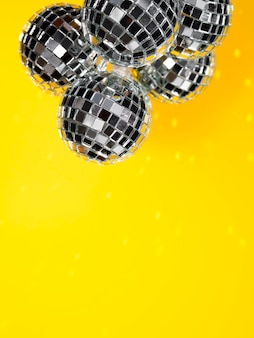 Conjunto de globos de discoteca brilhantes com espaço de cópia