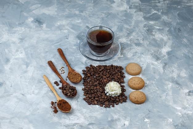 Conjunto de grãos de café, café instantâneo, farinha de café em colheres de madeira